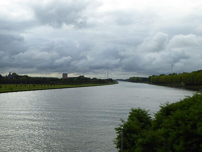 Foto van kanaal onder wolkendek