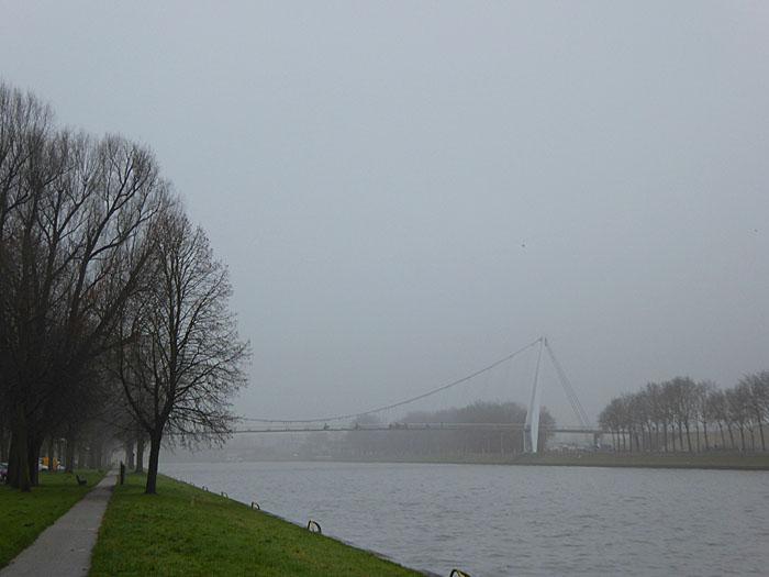 Foto van kanaal in mist