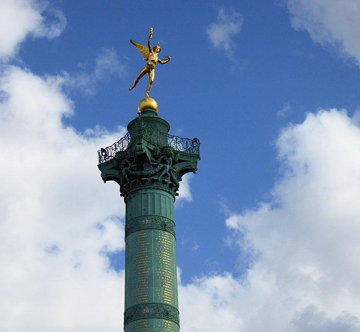 Foto van verguld standbeeld op zuil
