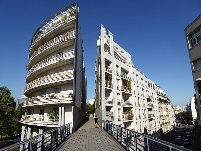 Foto van van wandelweg 'door' gebouw