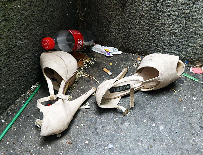 Foto van damesschoenen op straat