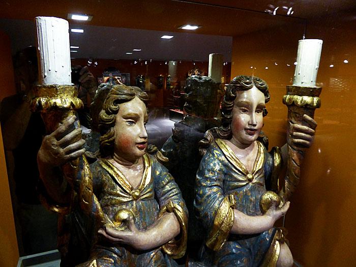 Foto van twee engelenbeelden