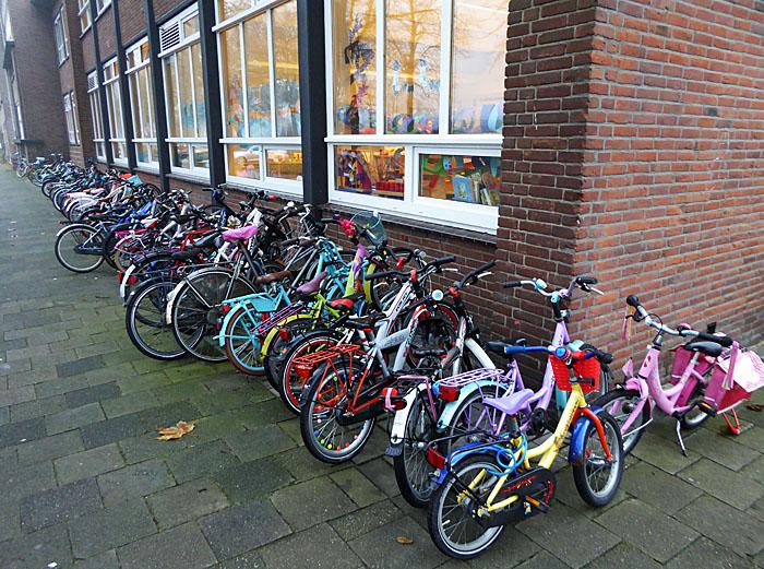 Foto van fietsjes bij school