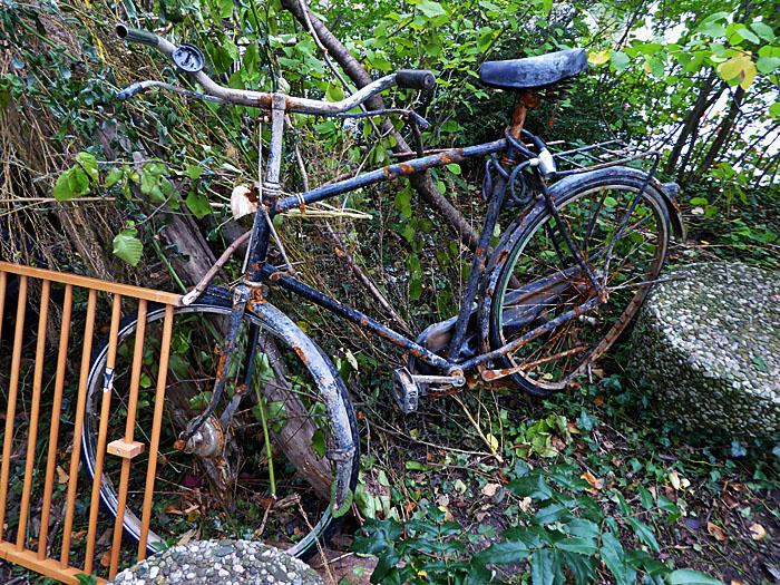Foto van oude, kapotte fiets