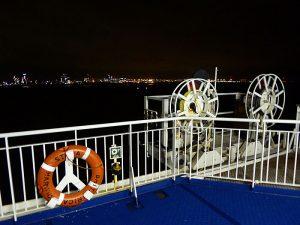 Foto van kust bij avond genomen vanaf boot