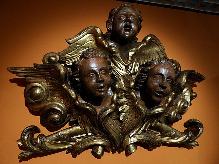Foto van houten fragment met drie engelen