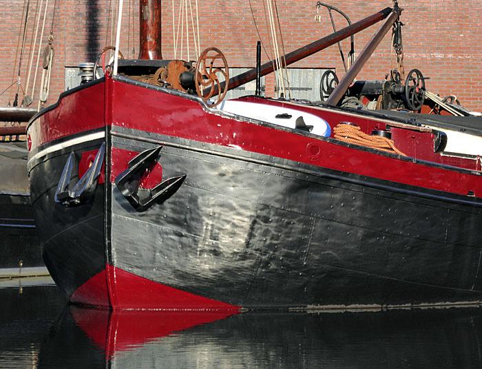 Foto van roodzwarte boeg van schip