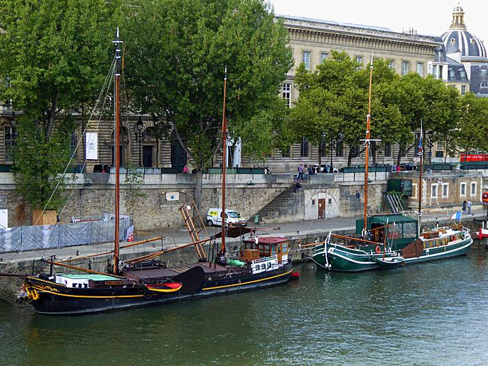Foto van boten aan de kade