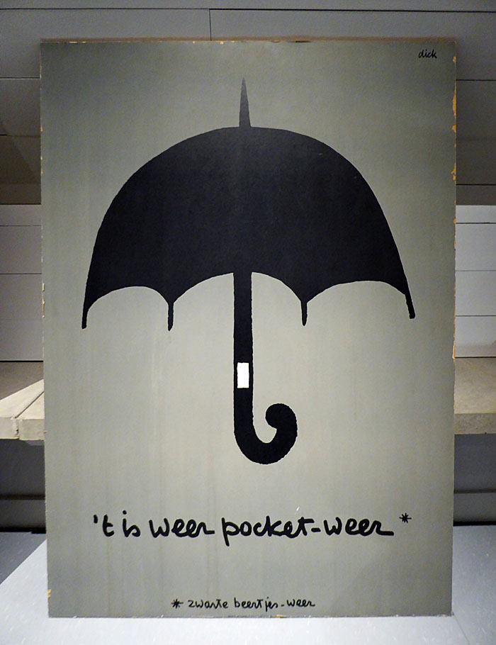 Foto van poster met paraplu en en tekst ''t is weer pocket-weer'.van Dick Bruna