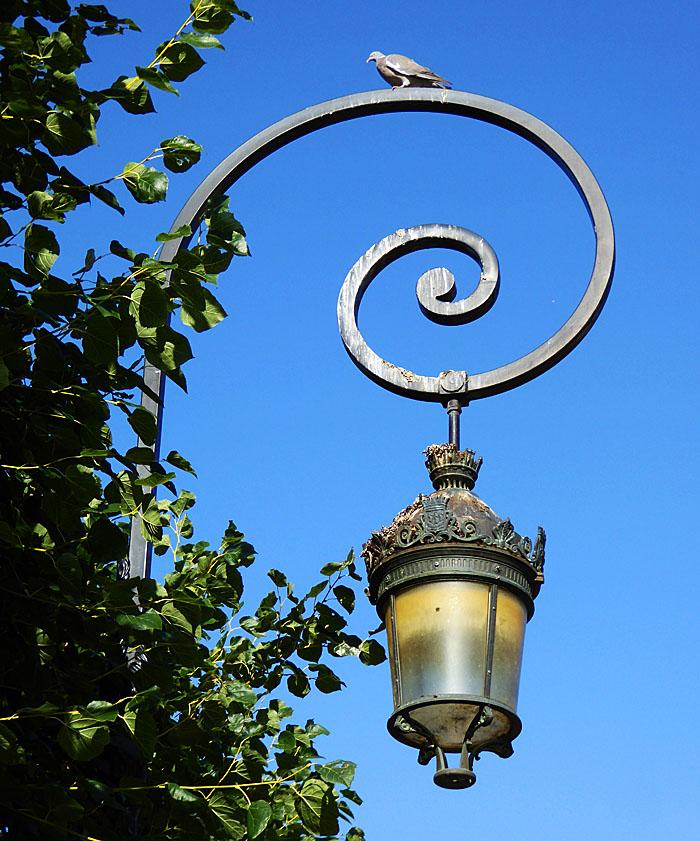 Foto van lantaarn met duif