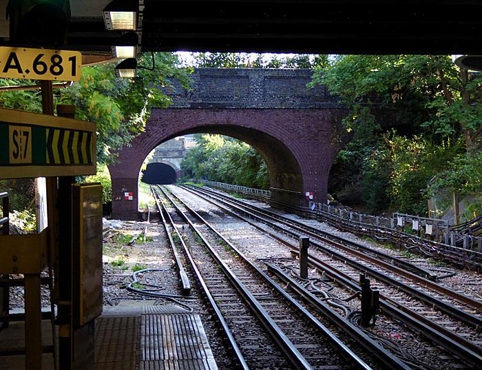 Foto van spoorbaan met viaduct