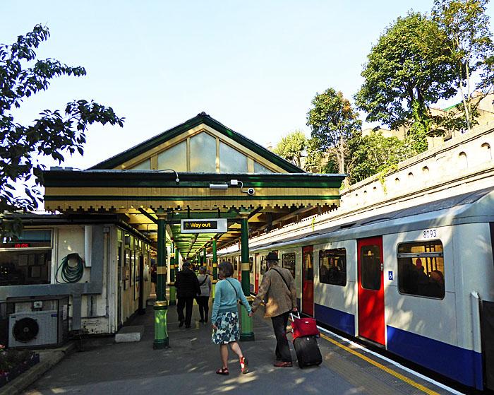Foto van perron met trein