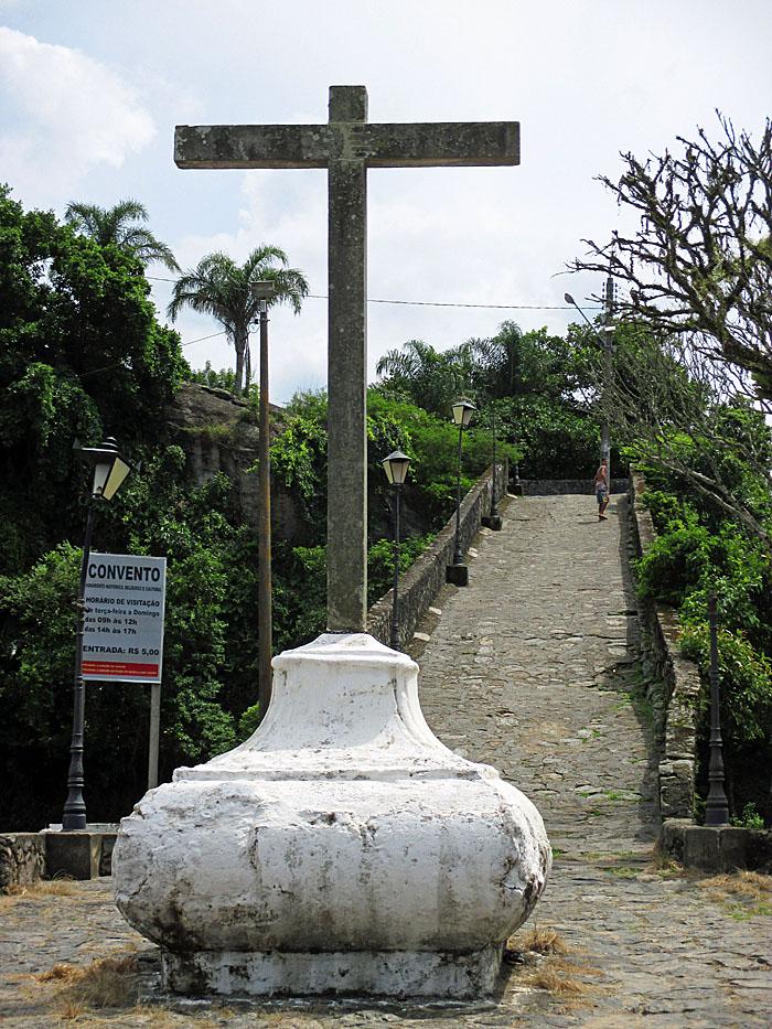 Foto van kruis en weg omhoog