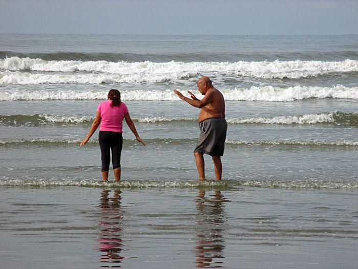Foto van man en vrouw die ceremonie doen op strand