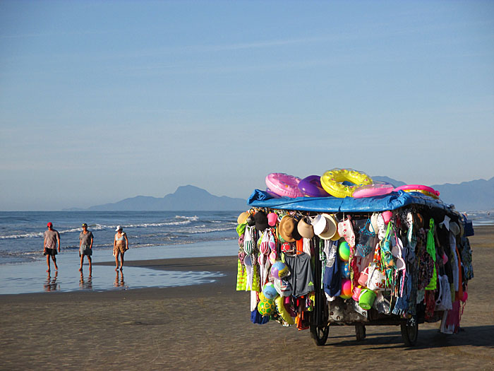 Foto van verkoopkar op het strand