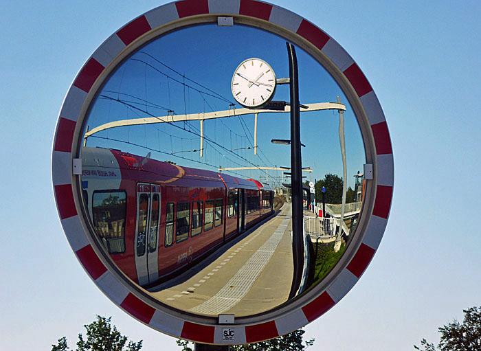 Foto van trein in spiegel
