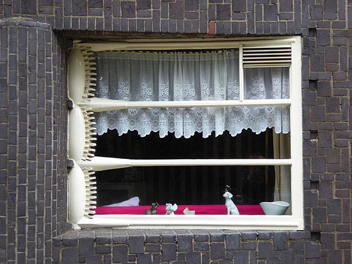 Foto van raam met decoratie aan kozijn