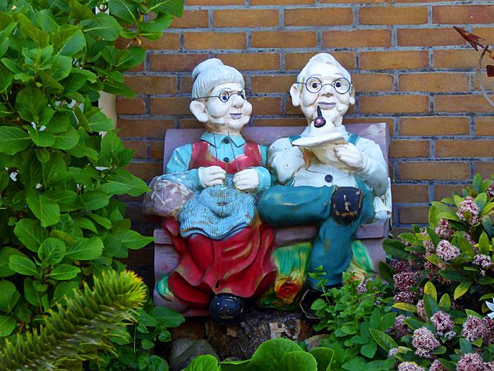 Foto van beeld van ouder echtpaar op bank