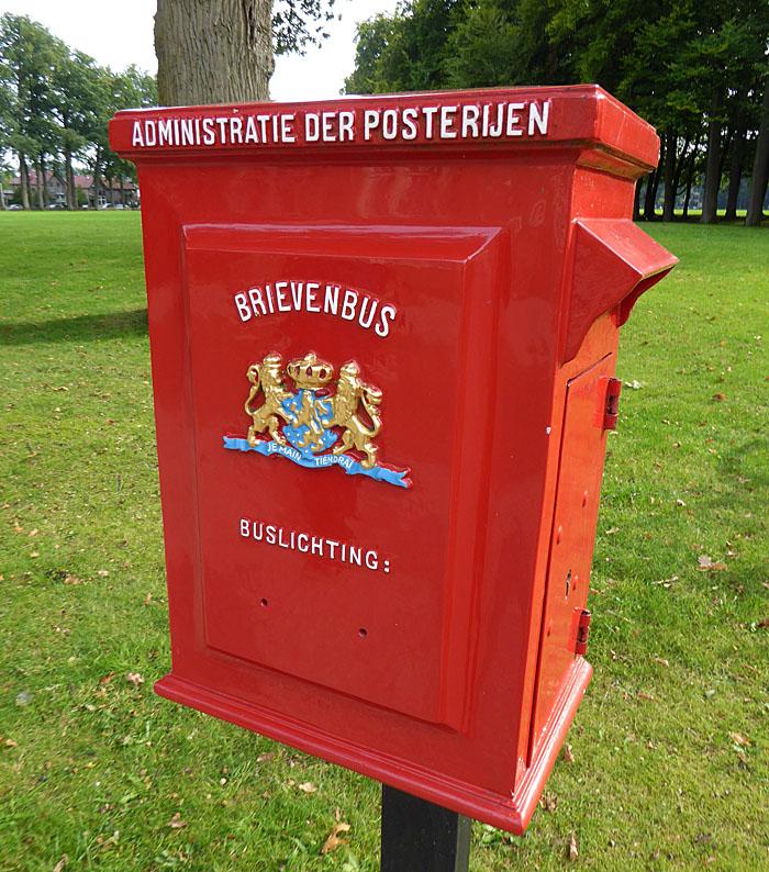 Foto van rode brievenbus