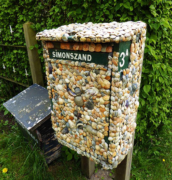 Foto van brievenbus van schelpen