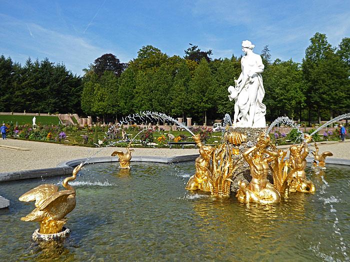 Foto van rijk versierde fontein