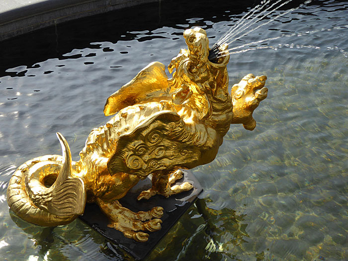 Foto van verguld beest (deel van fontein)