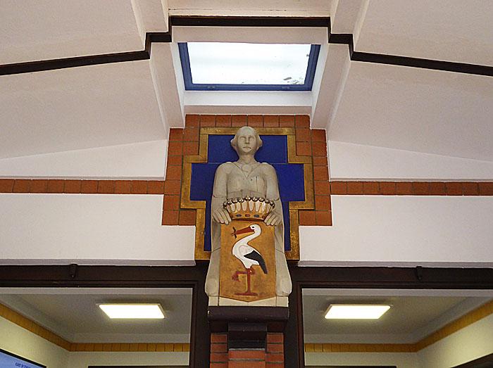 Foto van plafond met beeld met wapen van Den Haag