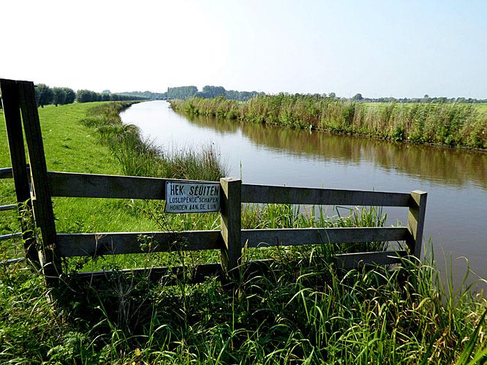 Foto van hek bij waterweg