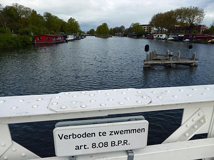 Foto van kanaal en bordje 'verboden te zwemmen'