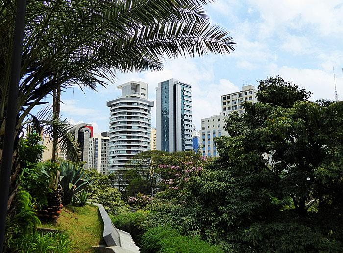 Foto van flats gezien door groen van park