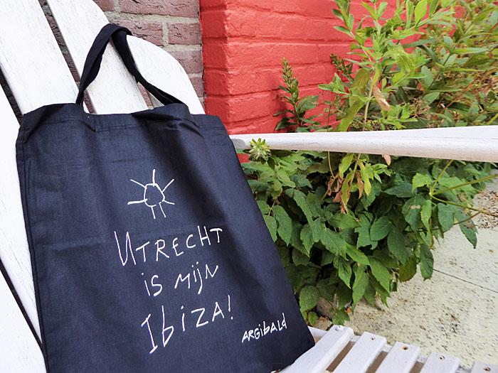 Foto van tas met opschrift 'Utrecht is mijn Ibiza'