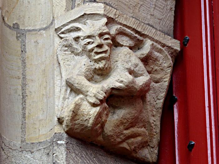 Foto van reliëf met duivel