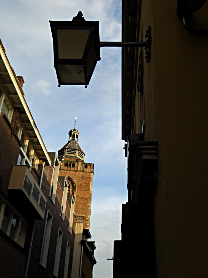 Foto van steeg met kerktoren