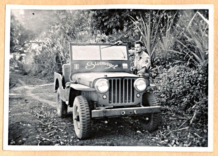 Foto van militair bij jeep
