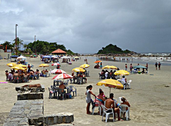 Foto van strand met parasols