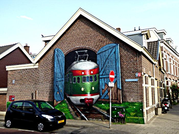 Foto van muurschilderij van trein uit loods