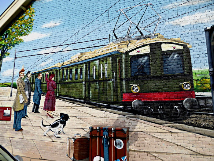 Foto van muurschildering van trein aan perron