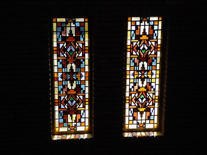 Foto van ramen met glas in lood