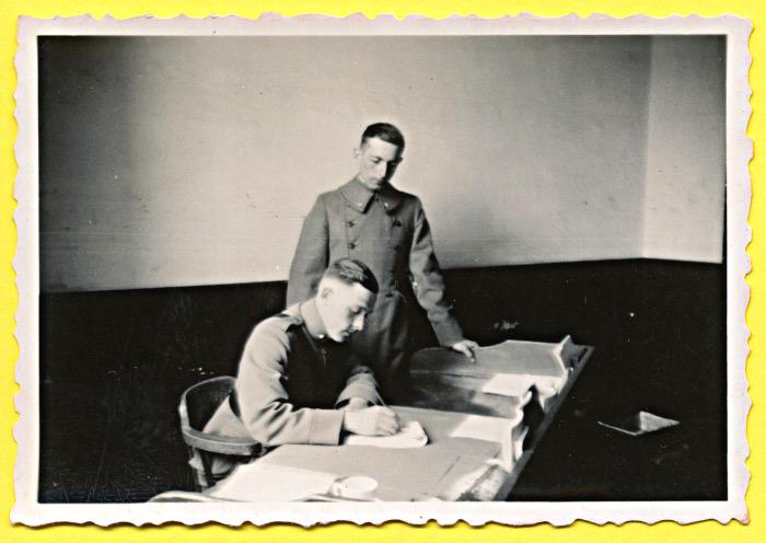 Foto van militairen aan schrijftafel