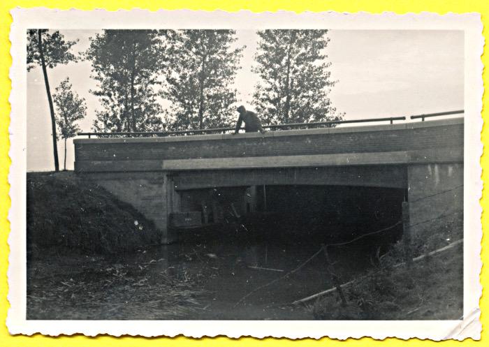 Foto van militair op brug