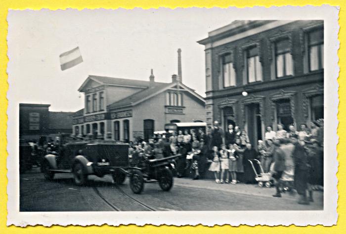 Foto van militaire parade met klein kanon
