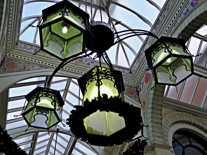 Foto van lampen onder glazen koepel