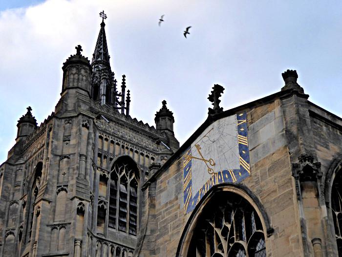 Foto van zonnewijzer aan kerk