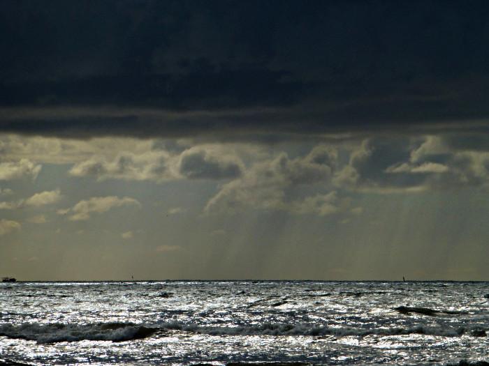 Foto van zee met dreigende wolken