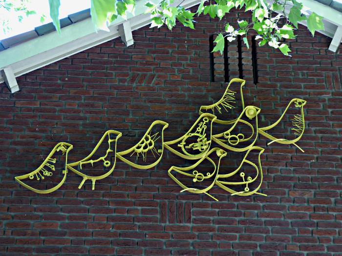Foto van metalen vogels op muur