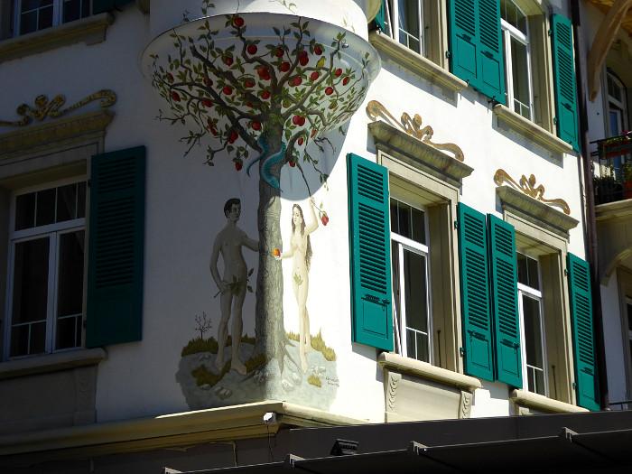 Foto van Adam en Eva geschilderd op hoek van gebouw