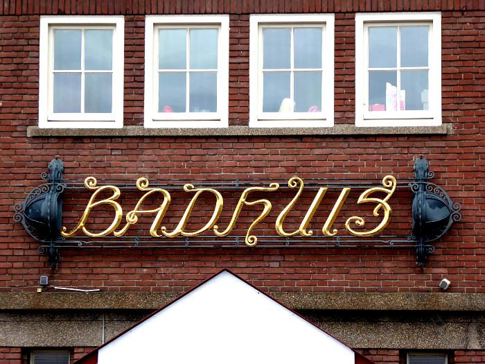 Foto van opschrift 'Badhuis' in sierlijke letters