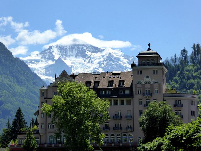 Foto van gebouw met bergen op de achtergrond