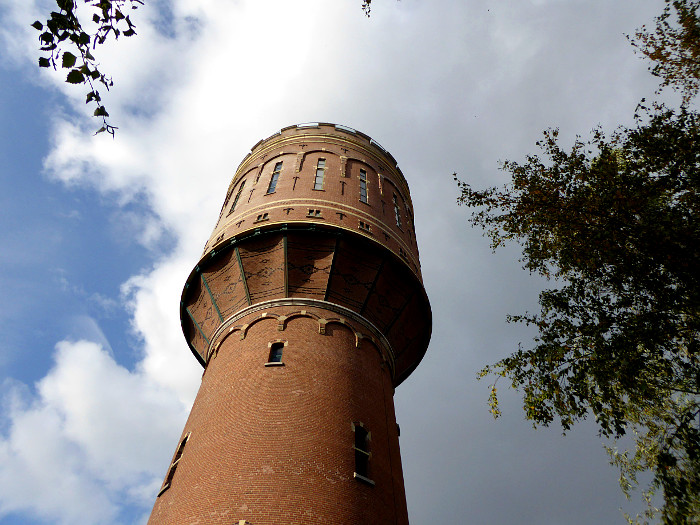 Foto van watertoren en wolkenlucht