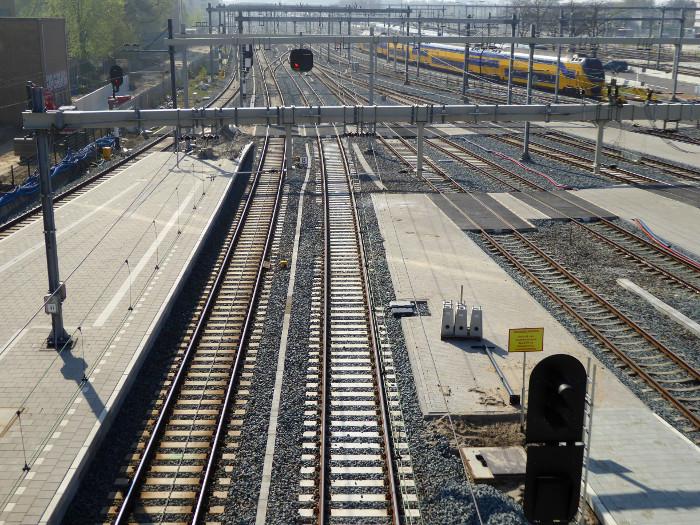 Foto van treinrails en perrons